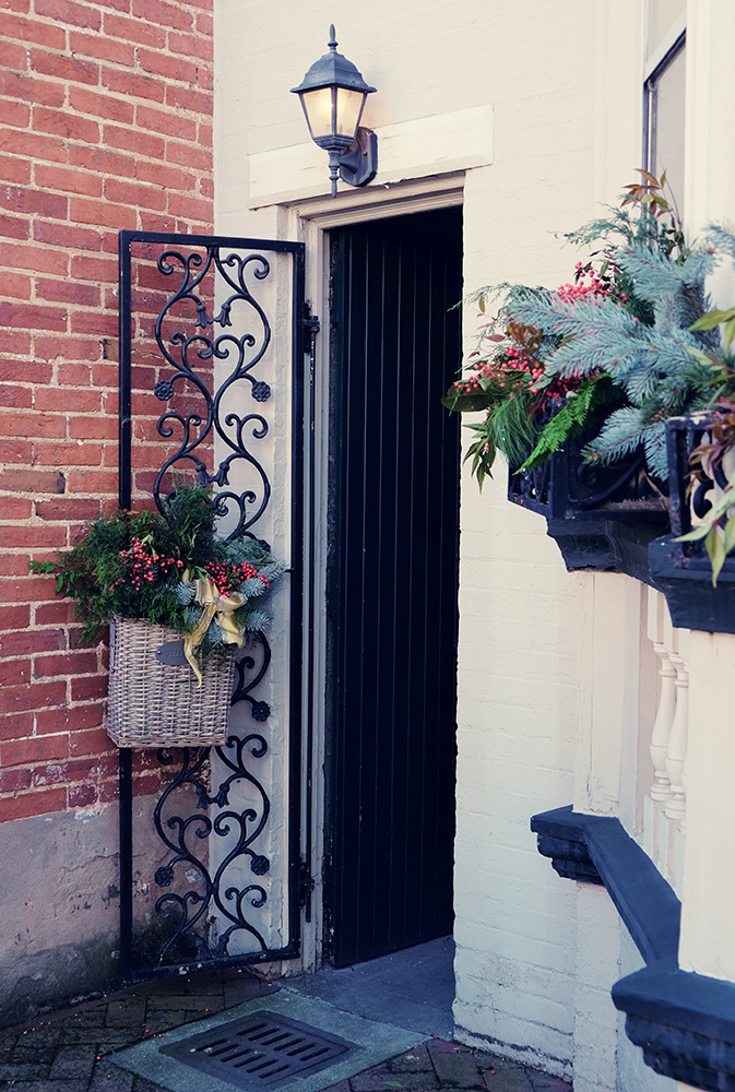historic_frederick_alley_gate_holiday