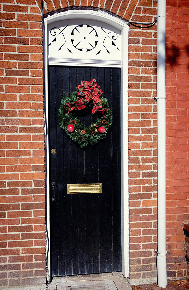 holiday_alley_door_decor