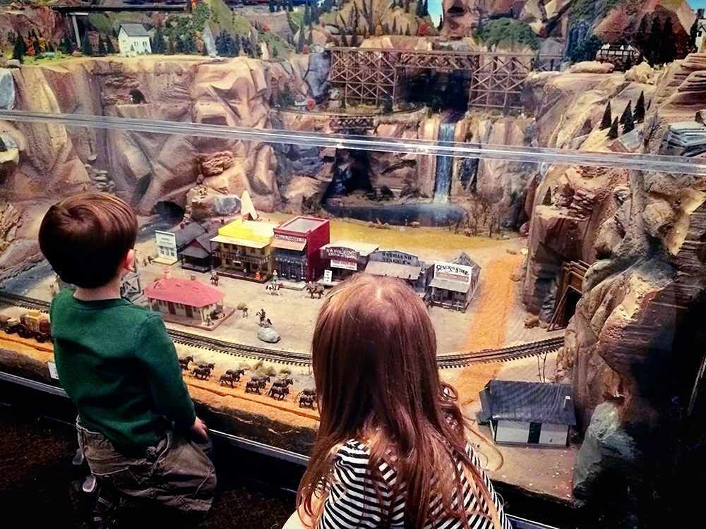 kids _looking_at_train_layout