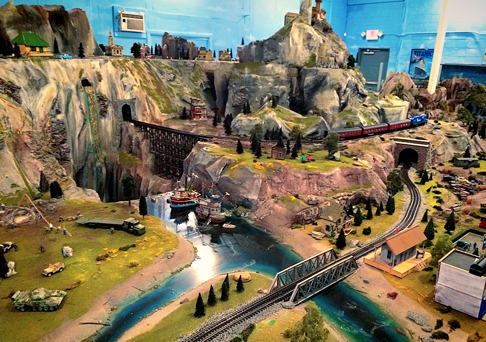 toy_train_museum_layout_rivers_1